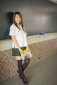 黒板にもたれかかる女子高生